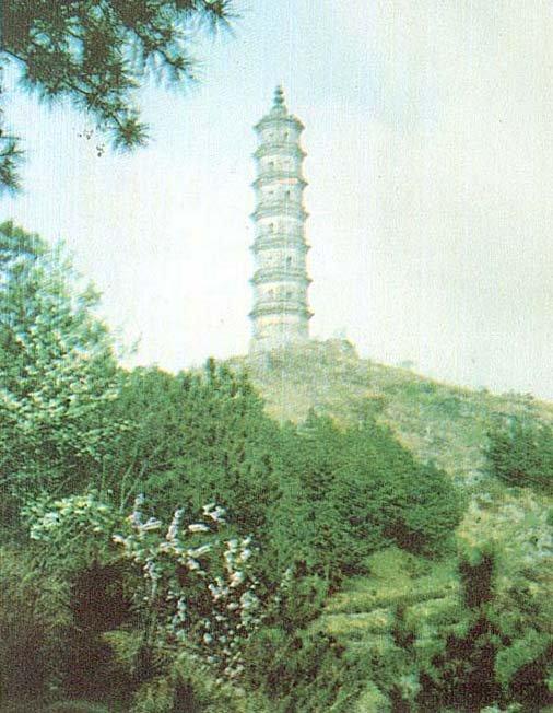 文峰塔        耸立于三山